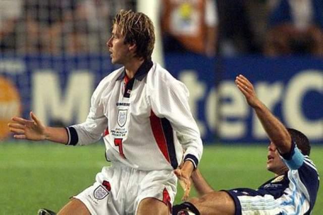 """Дэвид Бекхэм. На ЧМ-1998 во Франции знаменитый футболист потерпел одну из самых громких неудач в жизни. Фраза """"Это был не день Бекхэма"""" пошла в народ как раз после игры с Аргентиной."""