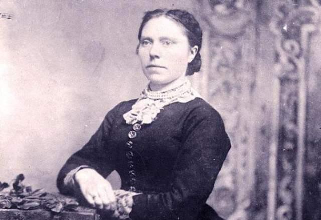 Белль Соренсен Ганнесс , урожденная Брунгильда Польсдаттер Сторшетт. Родилась в Норвегии в 1859 году. Убила большинство своих ухажеров, а также двух своих дочерей — Миртл и Люси. Мотив преступлений — деньги. Она получала страховки за смерти близких. По некоторым данным, ее жертвами стали от 25 до 40 человек.