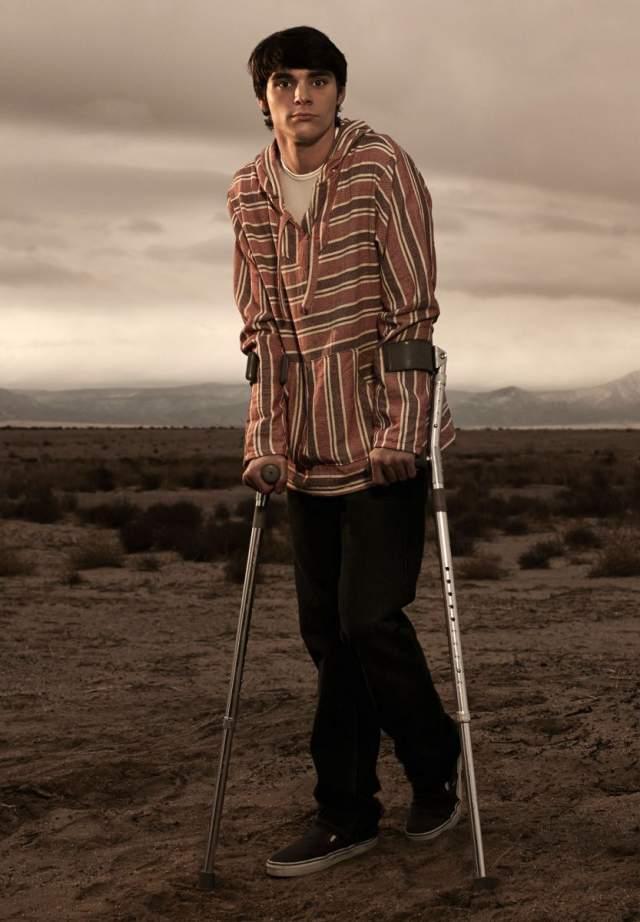 """Ар Джей Митт. Сына Уолтер Уайта из сериала """"Во все тяжкие"""", как оказалось, не играл человека с ДЦП - он на самом деле болен."""