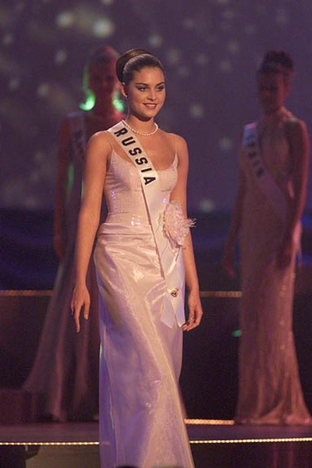Александра Петрова (19 лет). Девушка победила в конкурсе Мисс Россия в 1996 году и многих других конкурсах красоты.