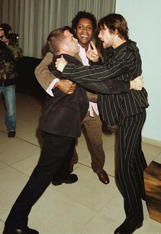 Затем Джей Кей поймал фотографа, который был меньше его ростом и начал допрашивать его. Певец устно оскорблял репортера и кричал так, что его слюни летели фотографу в лицо.