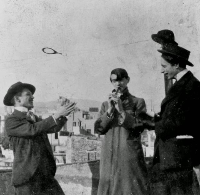 """В 1911 году, из Лувра была украдена знаменитая """"Мона Лиза"""", и полиция арестовала друга Пикассо, поэта Гильермо Апполинари. Он указал на Пабло как виновника, после чего Пикассо тоже допросили. К счастью полиция разобралась, что художник не виновен."""