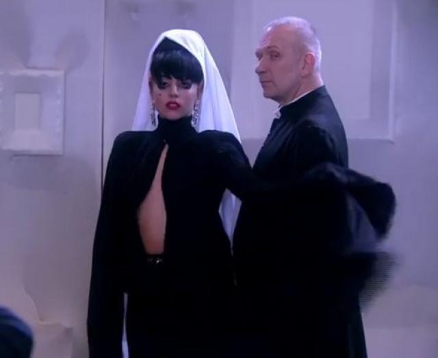 Сама Гага заявила, что платья просто потерялись, но дизайнер не поверил певице.