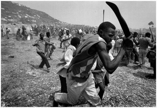 """Считается доказанным тот факт, что масштаб геноцида стал возможен благодаря вещанию """"Радио и телевидения тысячи холмов"""" и изданию таких газет, как """"Кангура""""."""
