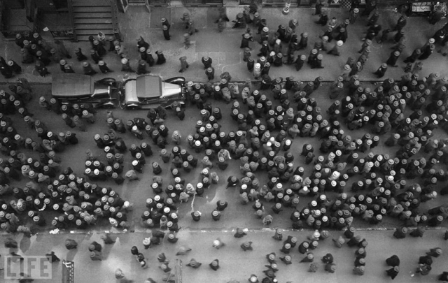 Море шляп (Sea of Hats, Margaret Bourke-White, 1930). В центре Нью-Йорка.