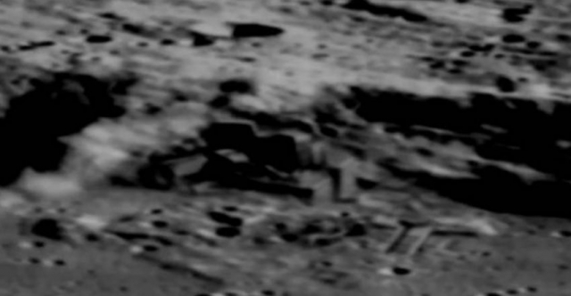 Китайский лунный спутник Чанъэ-2, запущенный 1 октября 2010 года обнаружил вот такие объекты.