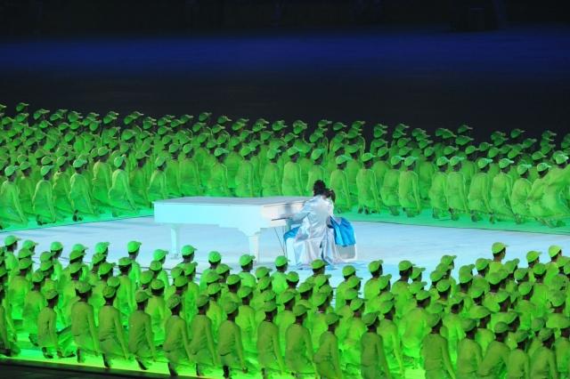 """Во время церемонии открытия был вскрыт факт использования фонограммы, когда было заявлено, что исполнение идет """"вживую""""."""