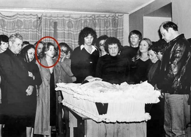 Его последние дни запомнились ей как страшный сон. После смерти Высоцкого его отец, не одобрявший их связь, попросил девушку не приходить на похороны...