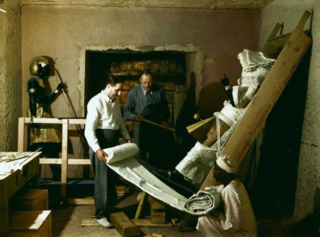 В 1923 году египетского принца, который был на раскопках при вскрытии гробницы, убивает собственная супруга; В 1928 году внезапно умирает Ричард Бартель, секретарь Картера, а его отец два года спустя выпрыгивает из окна; В 1930 году заканчивает жизнь самоубийством сводный брат лорда Карнарвона. На фото:Говард Картер, Артур Каллендер и египетский рабочий оборачивают одну из статуй Ка для транспортировки.