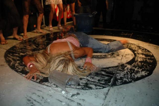 $1,5 млн стоили фото умершей Анны Николь Смит . А агентство Splash News & Picture Agency за круглую сумму купило видеозапись, на которой звезде Playboy делают искусственное дыхание и массаж сердца.