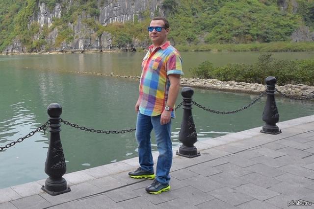 """Еще раз Медведев всех удивил """"веселенькой"""" рубашкой, напомнившей пользователям заводскую расцветку знаменитой машины Фольцваген Поло."""