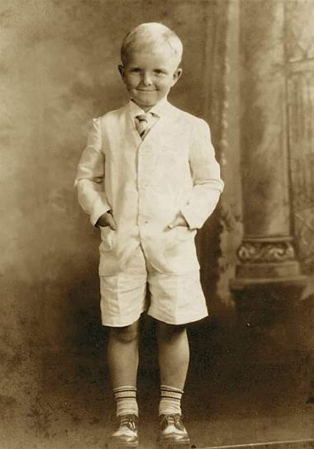 """Трумен Капоте, 1924-1984. Когда будущему знаменитому писателю (""""Завтрак у Тиффани"""") было четыре, его родители развелись, но ребенок не остался с матерью, а был отправлен к ее родственникам. Страдая от одиночества, мальчик самостоятельно научился читать и писать, начал сочинять первые рассказы."""