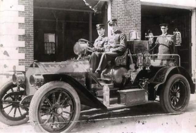 Отпечаток руки Фрэнсиса Леви Фрэнсис Леви в 1920 годах был пожарником. Он любил свою работу, а коллеги любили его. Человек он был очень приятный, улыбчивый, всегда готовый пити на помощь. 18 апреля 1924 года коллеги Фрэнсиса заметили изменения в его поведении.