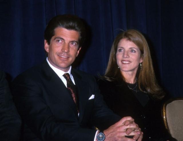 Джон Фицджеральд Кеннеди младший. Известный журналист и адвокат, первый сын 35-го президента США Джона Фицджеральда Кеннеди сам был пилотом. Его общий налет на день катастрофы составлял 310 часов, в том числе 55 часов ночью; самостоятельный налет составлял около 72 часов.