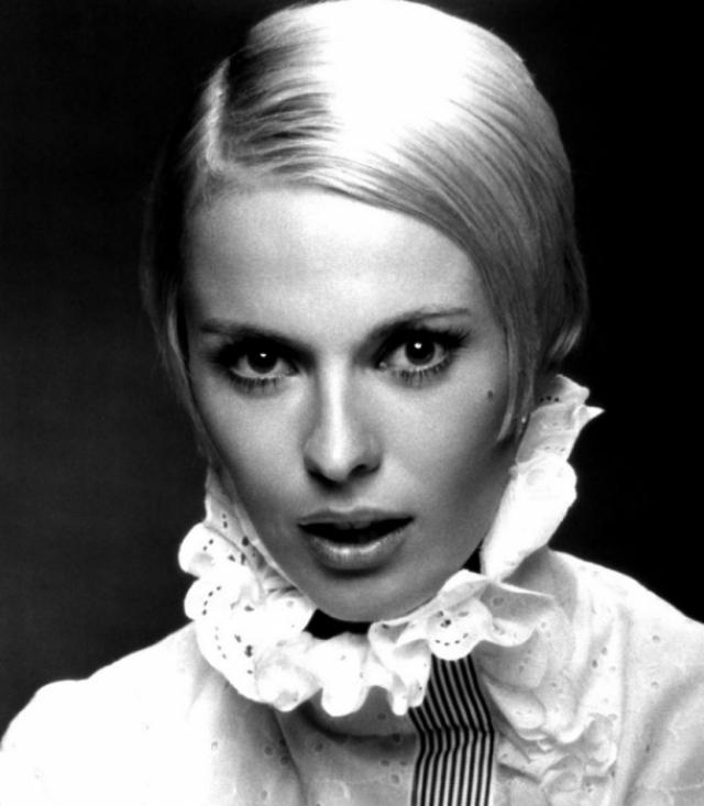 """Джин Сиберг. Американская актриса, которая много снималась в Европе, в частности во Франции, была обнаружена завернутой в одеяло на заднем сиденье белого """"Рено"""", стоявшего на окраине Парижа 8 сентября 1979 года."""
