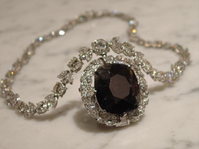 Позднее алмаз был приобретен Чарльзом Ф. Винсоном, который разрезал его на три части в попытке снять проклятие.