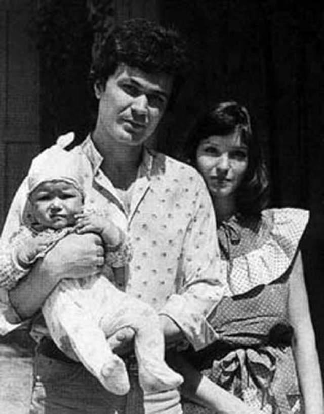 Анна Самохина, 1963-2010. В 18 лет Анне сделал предложение ее первый супруг Александр Самохин. Возлюбленный был старше девушки на восемь лет и успел окончить мореходное училище. У них появилась дочь Александра, а в 1994 году, спустя 15 лет, пара рассталась.