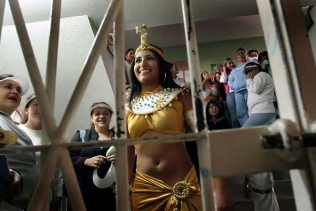"""Мисс """"Заключенная"""". Ежегодно в США в самой крупной женской тюрьме Колумбии проходит конкурс красоты среди заключенных."""
