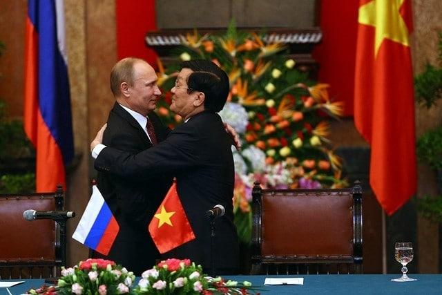 Владимир Путин приветствует президента Вьетнама Чыонг Тан Шанга в Ханое, 2013 год.