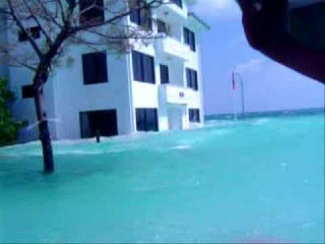 Мальдивские острова, 10:20 по местному времени (после землетрясения прошло 3 часа 21 минута). Волна, которая пришла сюда, была высотой от 1 до 3,7 метров - не такая мощная, как на Суматре, но все же достаточно большая для довольно пологих островов.