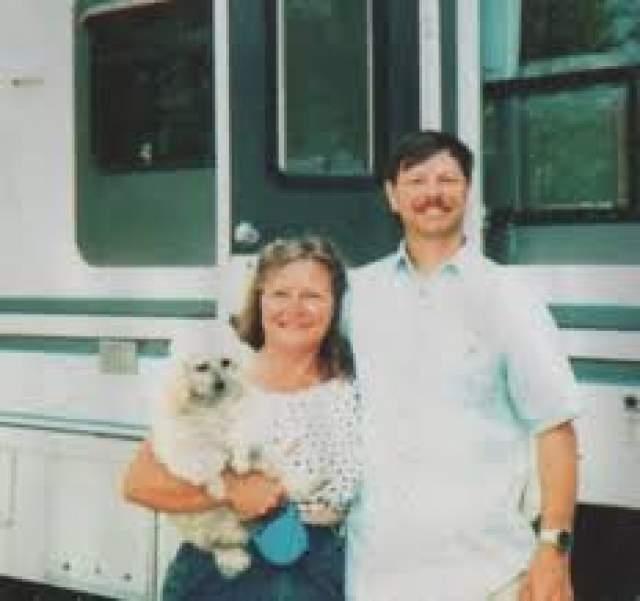 Все эти годы Моусон работал шесть дней в неделю, супруга вела хозяйство, а на выходных они устраивали барбекю и пикники. Отношения между мужем и женой были трепетными и нежными.