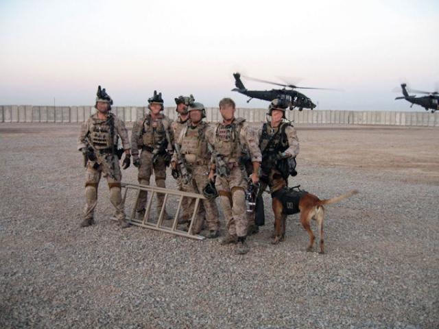 """Бойцы DEVGRU были разделены на две группы по 12 человек в каждой. По данным The New York Times, всего в операцию было вовлечено """"79 спецназовцев и собака"""", два ударных вертолета """"Black Hawk"""" (специально модернизированных) и три резервных тяжелых транспортных Chinook."""