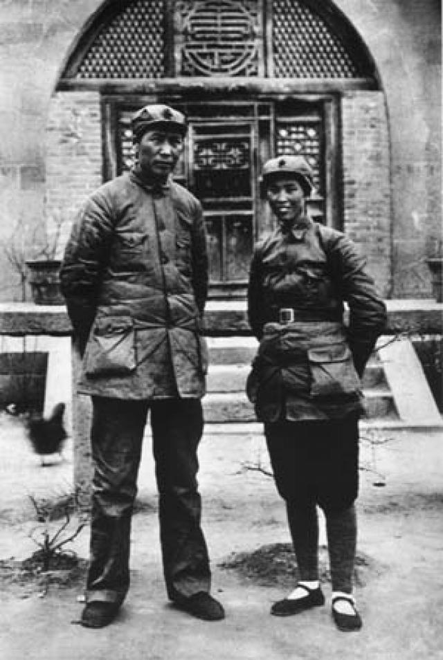 После жестоких пыток ее казнили на глазах у 8-летнего сына. Ее место заняла Хэ Цзычжэнь, которой в то время было 20 лет. Но любовная связь у этой пары возникла еще при жизни второй супруги.