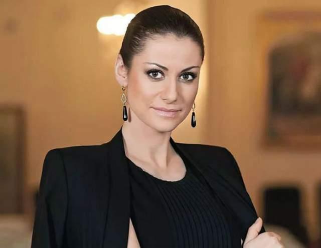 Анна Ковальчук - Юлия Ковальчук Анна - одна из самых красивых, по мнению поклонников, российских актрис театра и кино. Она снялась во многих российских фильмах и сериалах и запомнилась зрителям ролями строгих и сильных женщин: следователей, полицейских, военных.