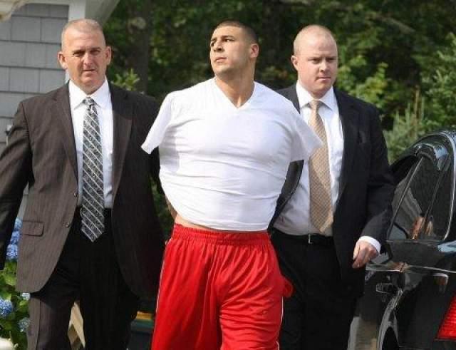 Аарон был арестован в собственном доме, и ему было выдвинуто обвинение в убийстве первой степени без возможности предоставления залога. Вот так буквально за одну календарную неделю привольная жизнь спортсмена-миллионера превратилась в сцену из криминального сериала.