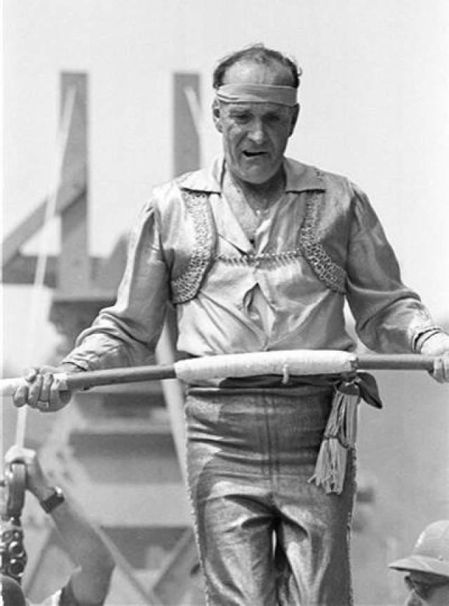 В 1978 году 73-летний артист хотела пройти между 10-этажными башнями в Сан-Хуане по проволоке, закрепленной на высоте 37 метров.