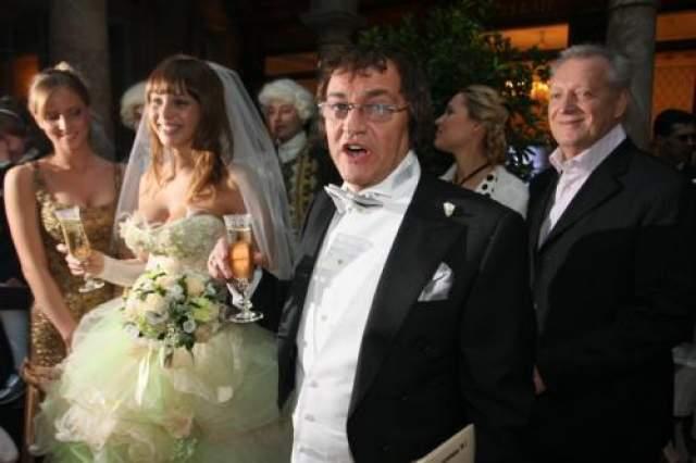 """О семейной жизни с молодой супругой телеведущий подробно рассказал в документальном фильме """"Свадебный переполох. Дмитрий и Полина Дибровы"""", вышедшем в 2013 году."""