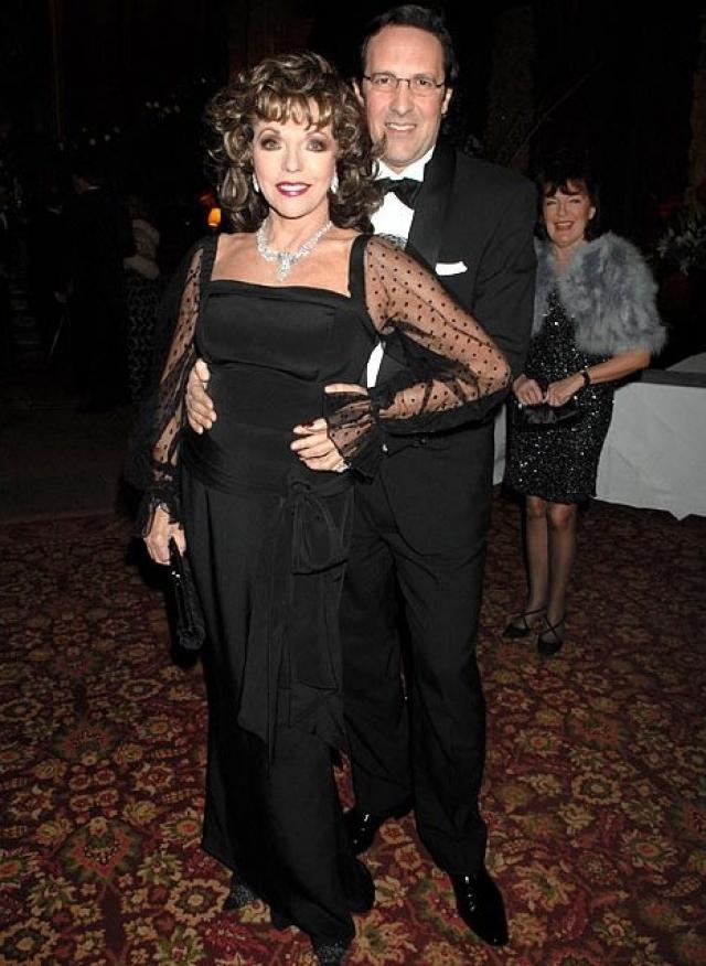 Джоан Коллинз и Перси Гибсон. 78-летняя Джоан Коллинз позволила себе закрыть глаза на возраст и вышла замуж за театрального менеджера, который моложе нее на 32 года.