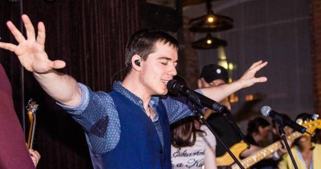 Родион с красным дипломом окончил Финансовую академию при правительстве РФ, пробовал себя в бизнесе, но в итоге все-таки выбрал карьеру певца и музыканта, тем паче финансовое положение позволяет.