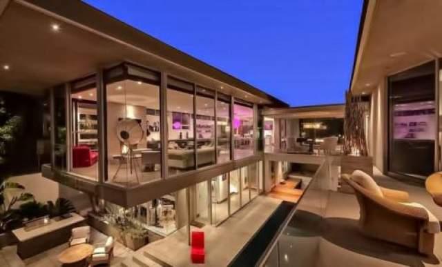 Конструкция дома такова, что создается впечатление, будто он видит в воздухе. Впечатляет...