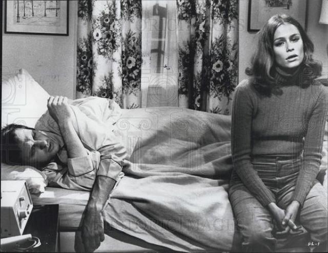 """В 68-м Хаттон снялась в спортивной комедии про американский футбол """"Бумажные львы"""", после чего десять лет снималась у самых маститых режиссеров того времени: у Олтмана, Шредера, Тобака."""