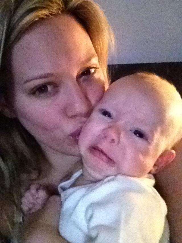 Хилари Дафф. Возможно, актриса хотела похвастаться малышом, однако у всех создалось впечатление, что малыш весьма напуган маминым порывом.