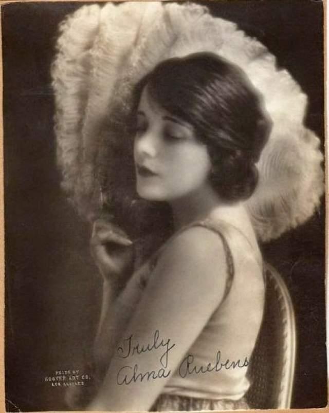 """К середине 1920-х годов Рубенс """"подсела"""" на морфин и кокаин, из-за чего продюсеры решили заменить ее в фильме """"Торрент"""" на неизвестную тогда актриску Грету Гарбо."""