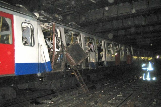 В 8:50 утра, с промежутком в 50 секунд, были взорваны три поезда Лондонского метрополитена.