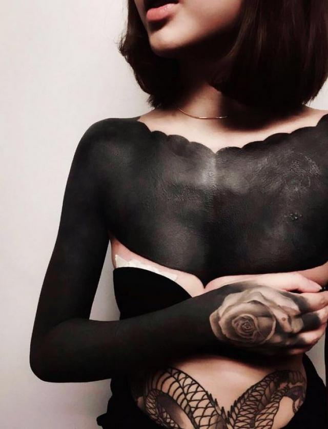 Чаще всего новым видом татуировки полностью покрывают ноги или руки, оставляя нетронутым только небольшой участок кожи.
