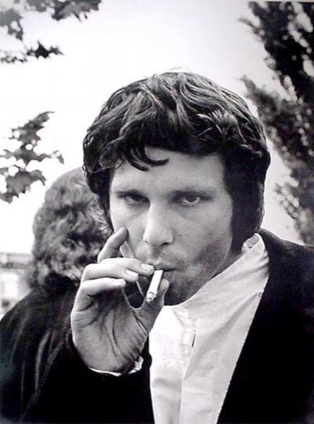 """Джим Моррисон. """"Знаешь, приятель, или ты веришь в себя, или падаешь"""". 3 июля 1971 года лидер и вокалист группы умер в Париже, но причина его смерти до сих пор не установлена. Существует множество версий, среди которых: героиновая передозировка."""