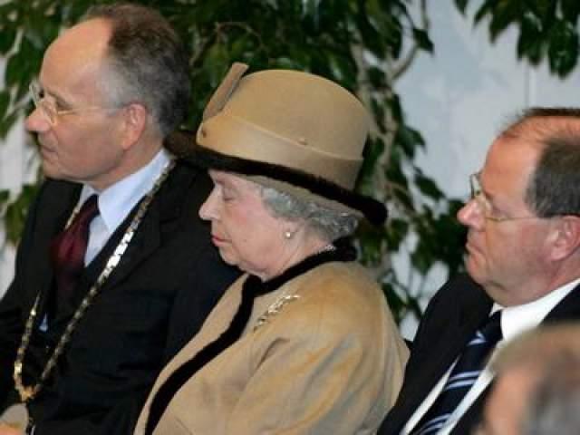 Королева Елизавета заснула во время мероприятия в университетском госпитале в Дюссельдорфе, ноябрь 2004