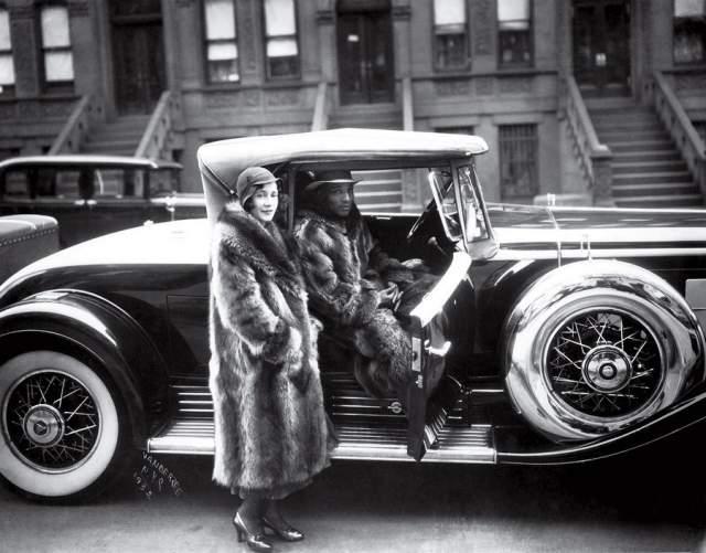 Пара в енотовых шубах, Джеймс ВанДерЗее, 1932. Фотографа поразила эта парочка, так как в то время темнокожие редко могли позволить себе роскошные вещи.