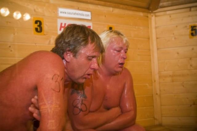 Спортивная сауна. Как можно догадаться, родиной забавы является Финляндия. 4 человека сидят в сауне при температуре 110 градусов Цельсия, каждые 30 секунд в печь подливают воду, а выигрывает тот, кто просидит дольше всех.