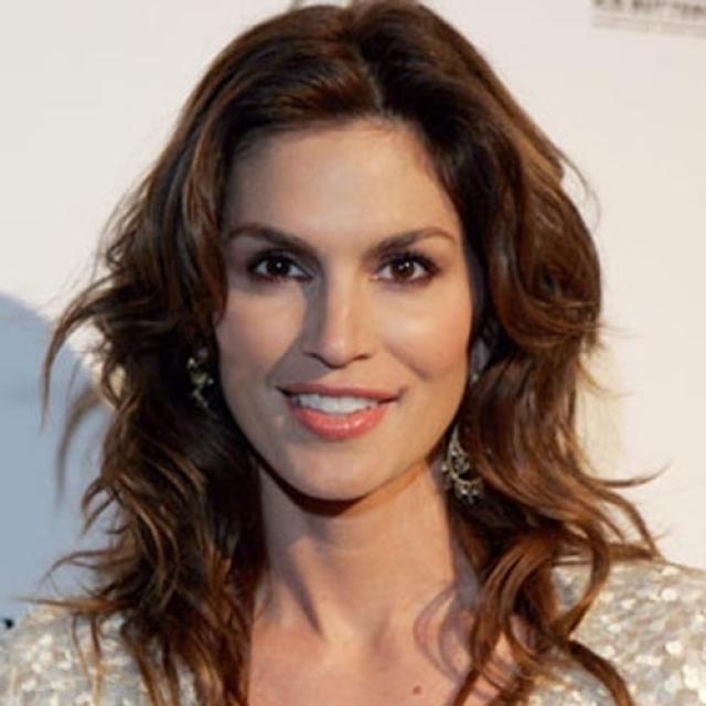 Синди Кроуфорд. Американская супермодель, ведущая MTV и по совместительству актриса с конца 1980-х по 1990 годы не сходила с обложек журналов, подиума и была лицом самых модных компаний.