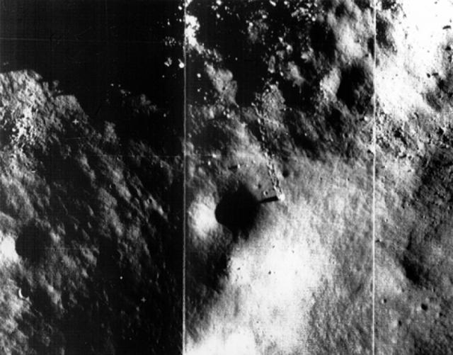 В разных местах спутника Земли были сняты следы, оставленные, предположительно, катящимися валунами.