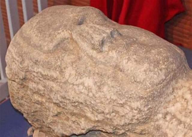 """Историю появления гигантской """"находки века"""" открыл археолог Джордж Халл, оказалось, что он сам является автором мистификации, в которую так легко поверили американцы. За два года до описываемых событий он нанял каменотесов, которые из огромной глыбы гипсового камня изготовили статую истукана. Острейшими инструментами они создали мельчайшие детали скульптуры: ногти на пальцах, ноздри, веки. И даже стальными вязаными спицами изобразил поры на коже."""