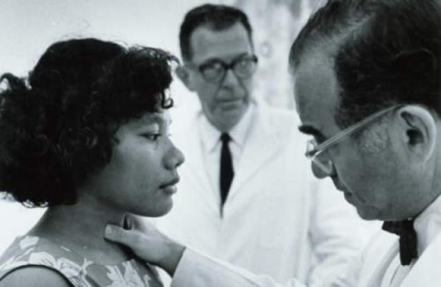 Американцы не ожидали такого эффекта от радиоактивного заражения: выкидыши и мертворожденная среди женщин выросли в два раза за первые пять лет после испытаний, а многие из тех, кто выжил, вскоре заболели раком.