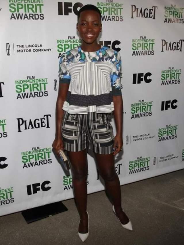 """Звезда фильма """"12 лет рабства"""" Люпита Нионго выбрала удлиненную модель шортов для участия в официальной церемонии."""
