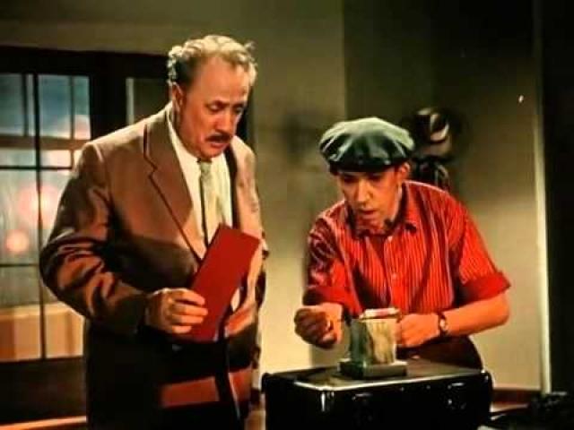 """Переломным 1958 год стал для Никулина еще и потому, что он дебютировал в кино. Это была небольшая роль пиротехника в фильме """"Девушка с гитарой. Его заметили, а вскоре он познакомился с режиссером Эльдаром Рязановым."""
