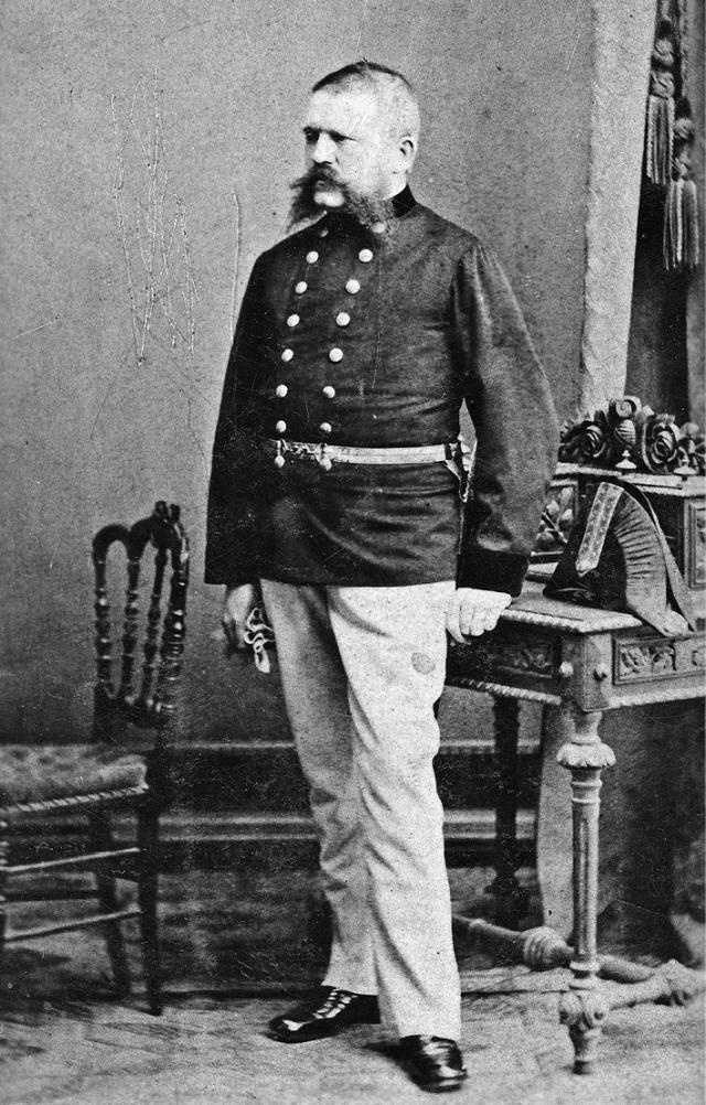 Кстати, отец Гитлера изменил свое имя в 1877 году. Если бы не этот факт, полное имя Гитлера звучало бы как Адольф Шикльгрубер.